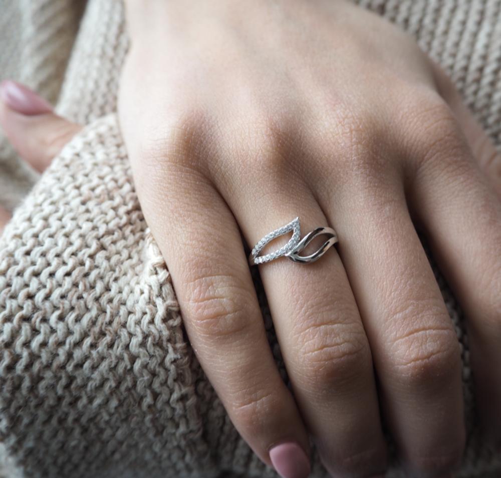 Stříbrný prsten MINET s bílými zirkony vel. 57